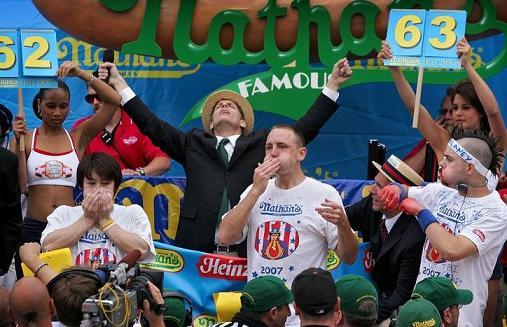 dd6a660f6207a Joey Chestnut (ao centro) venceu o concurso anual de comer cachorros  quentes de Coney Island