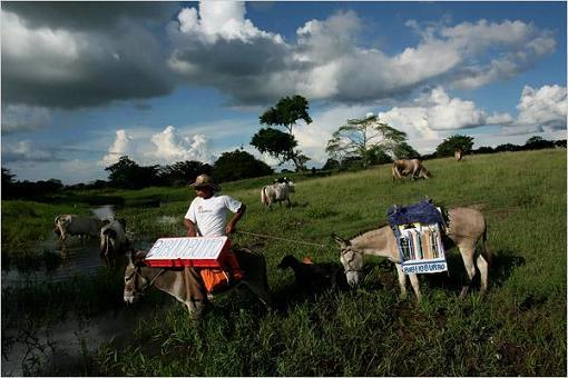 Luis Soriano com Alfa e Beta - seus dois burros ajudantes